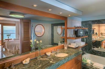 Island Bungalows on the Water's Edge - Bathroom