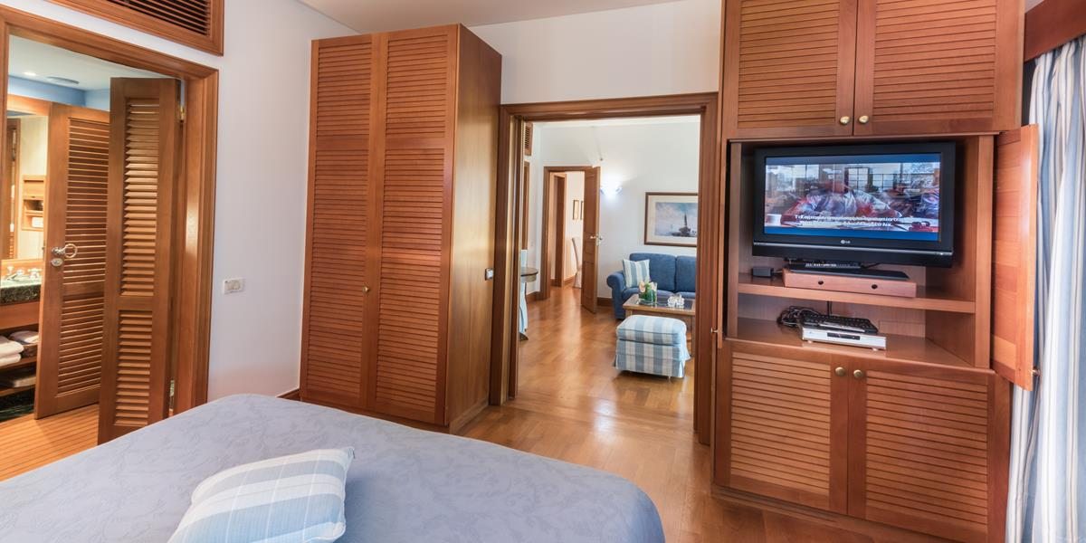 Deluxe Hotel Suites Sea View (Two Bedrooms & Sitting Room Separate)